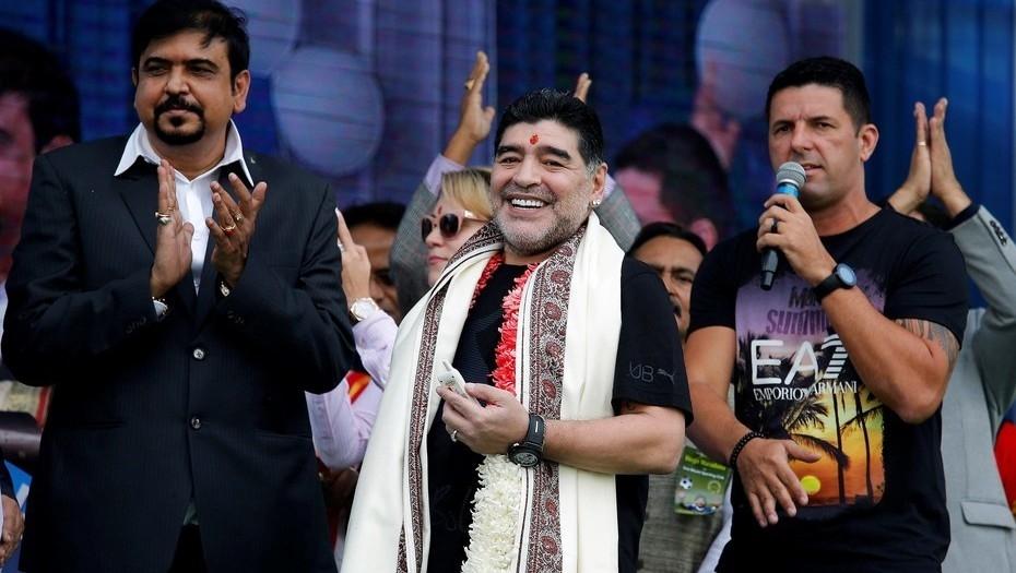 Maradona llegó a India y desató una locura