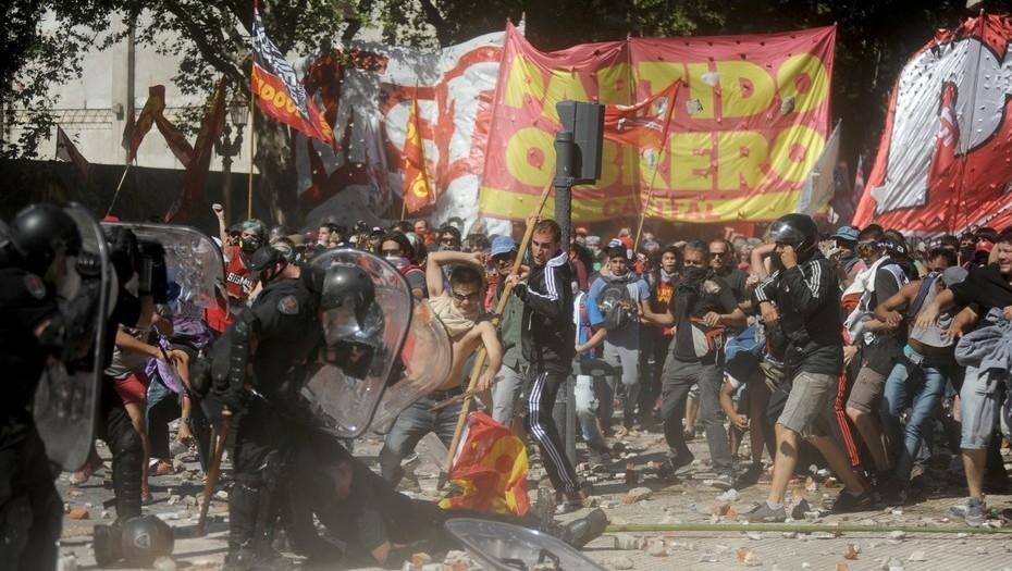 Ordenaron detener a un policía y dos manifestantes por los incidentes