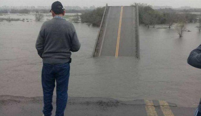 Por crecida del río se cayó un puente en Corrientes