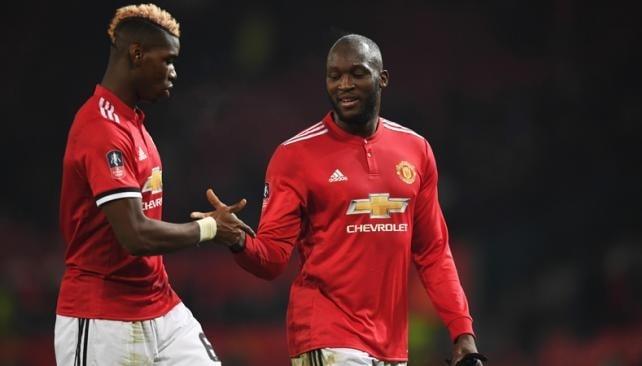 Manchester United golea y descuenta