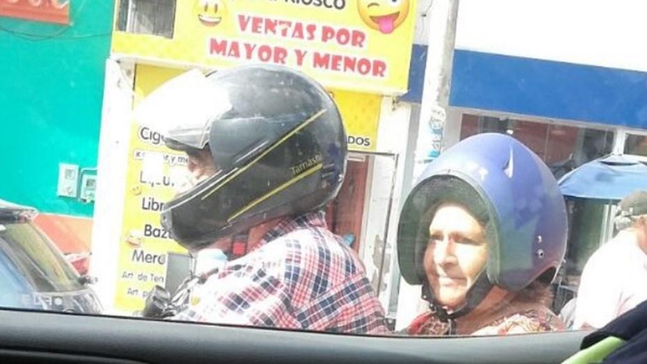 Cada uno se pone el casco como quiere — Foto viral