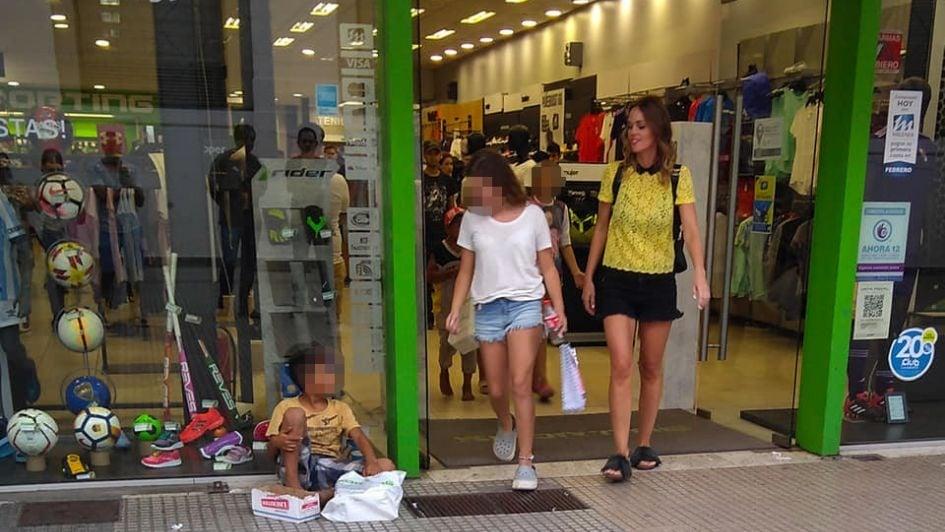 Mujer se lleva todos los aplausos al comprarle zapatillas y ropa a 11 niños que viven en la calle
