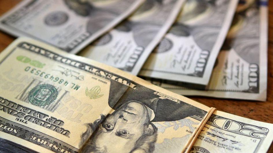 El dólar retrocedió más de 3 % para cerrar a 37,61