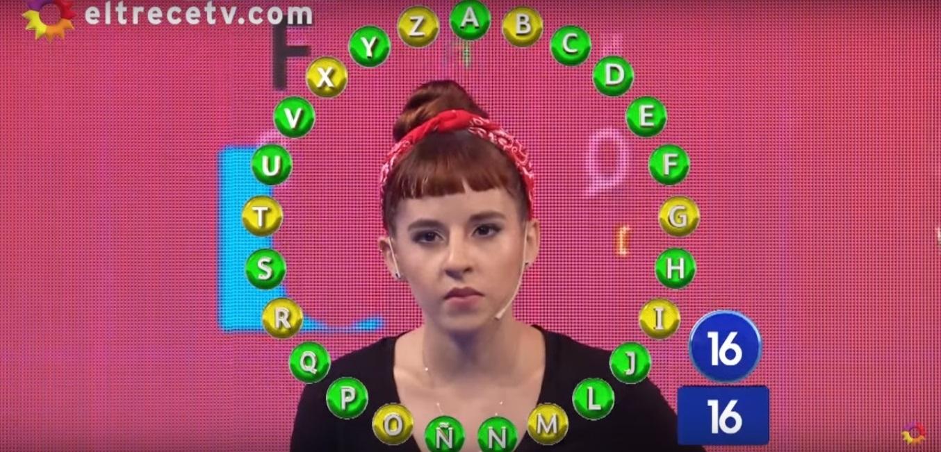 image Chica de dedos en el juego público de deportes