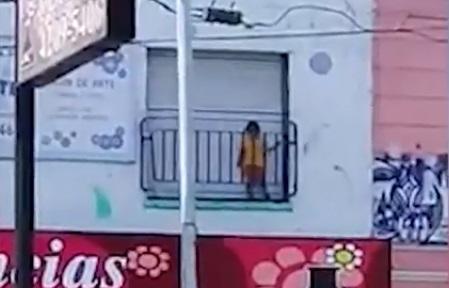 Insólita defensa del jardín que dejó nene encerrado en balcón: