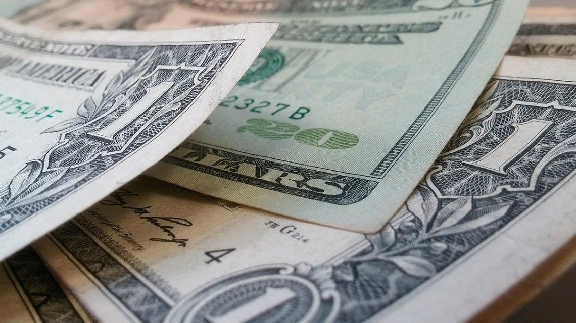 El dólar asciende siete centavos a $ 38,46