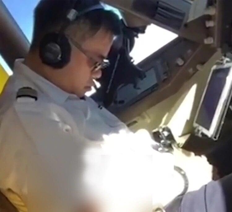 Piloto de China Airlines se duerme en pleno vuelo — Sorprendente