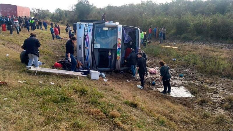 Volcó un micro de jubilados — Tragedia en Tucumán