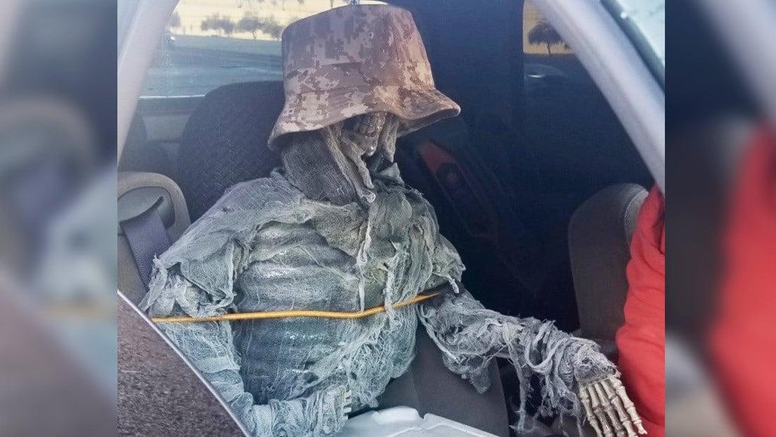 Viaja con un esqueleto falso como acompañante para usar carril preferencial