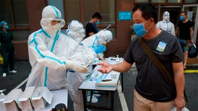 China Largas filas de gente que paga para recibir una vacuna experimental contra el coronavirus