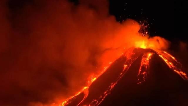 Una nueva erupción del volcán Etna dejó imágenes impactantes — Videos