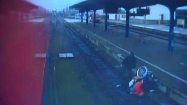 Un hombre tiró a las vías del tren a una mujer en silla de ruedas