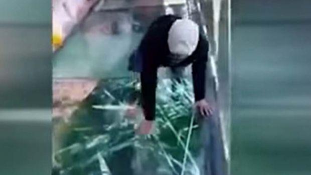 VIDEO: El puente de cristal que se rompe a 1.200 metros de altura