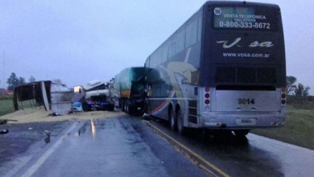 Trágico: Dos camiones chocaron con un colectivo en Ruta 34