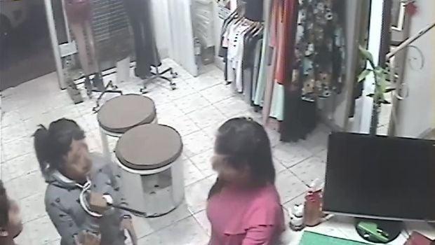 Comerciantes asediados por dos niñas: les robaron y amenazaron