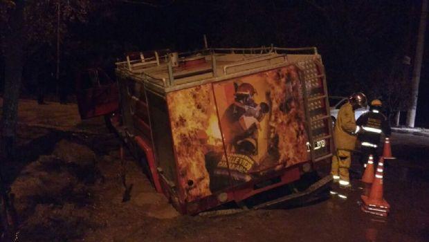 Quitaron los carteles y se hundieron un auto y coche de bomberos