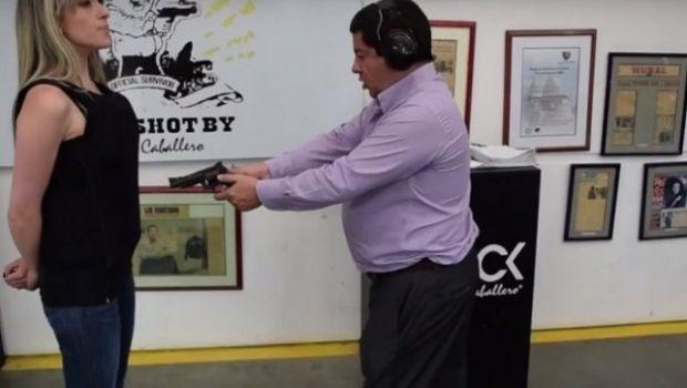 VIDEO: Le disparó a su esposa para promocionar chalecos antibalas