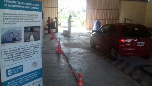 Largas colas de autos para la revisión técnica