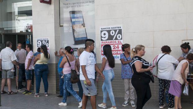 La gente se agolpó en los cajeros por el paro bancario