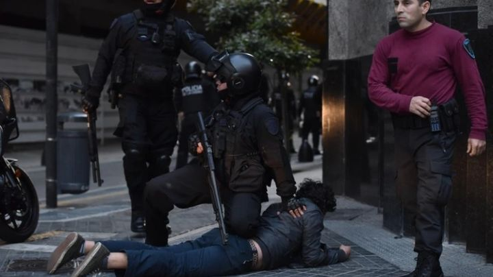 Protesta e incidentes en la embajada de Chile en Argentina