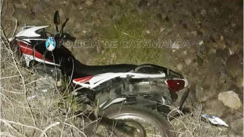 Joven motociclista murió al desbarrancarse